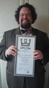 """Edward Blom och diplom för """"Årets överdådare 2013"""""""